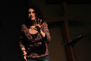 Image of Katie de Veau public speaking